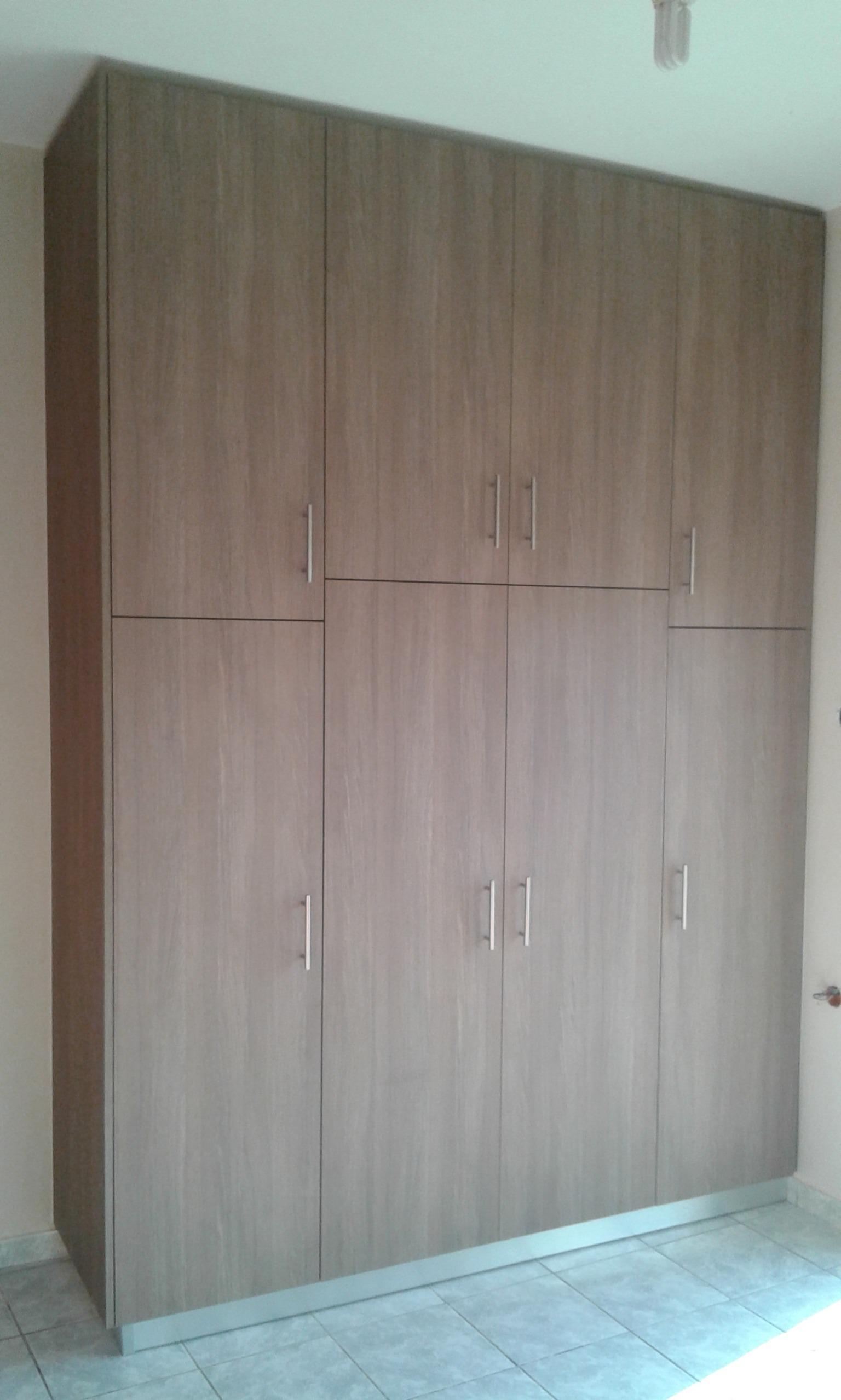 Τετράφυλλη ανοιγόμενη ντουλάπα με πόρτα βακελίτη.