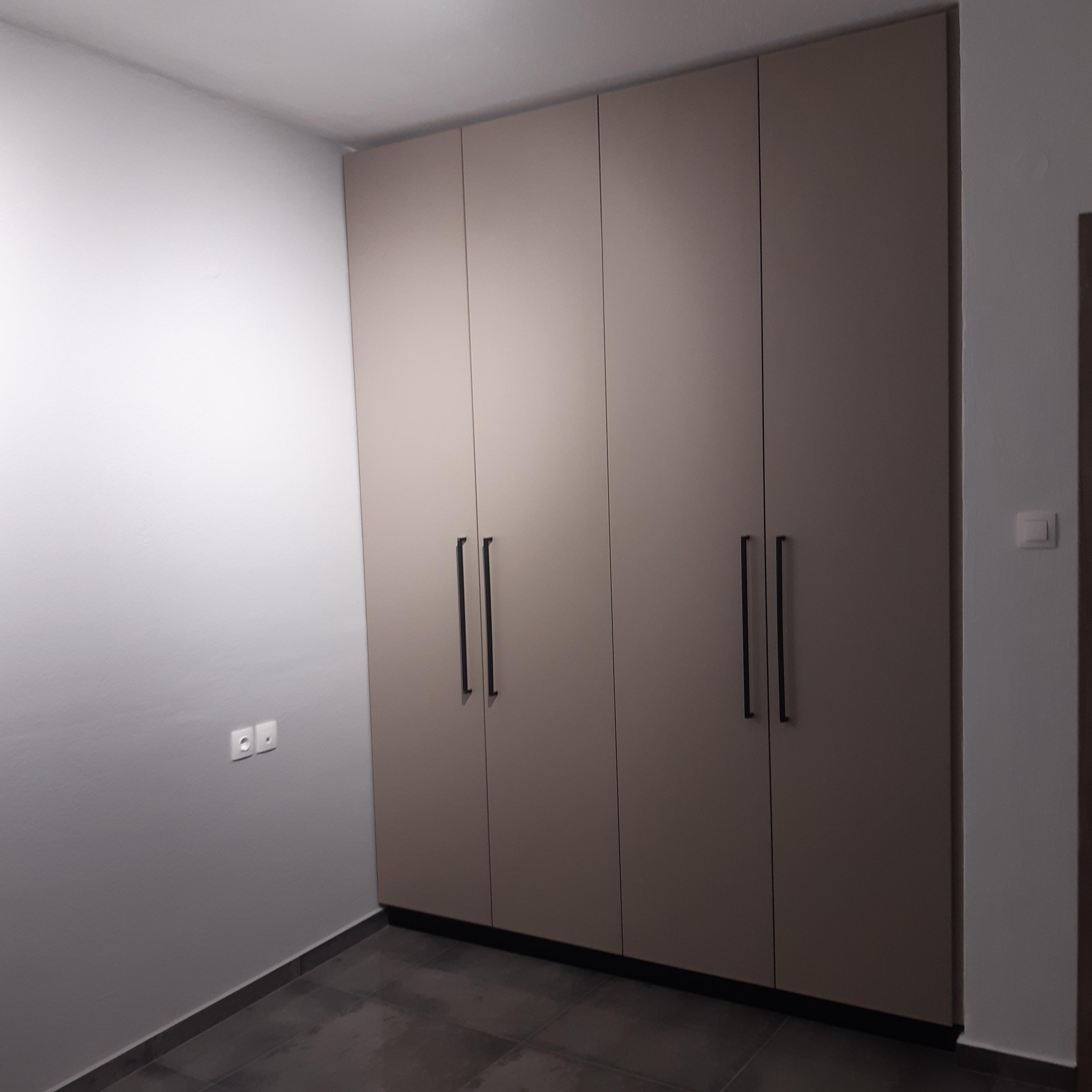 Τετράφυλλη ανοιγόμενη ντουλάπα σε βακελίτη.