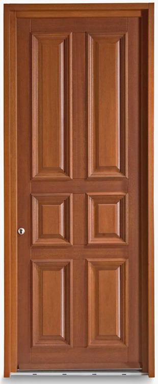 Πόρτα εξωτερικού χώρου σε ταμπλαδωτό σχεδιασμό με κορνίζα από ξύλο μεράντι