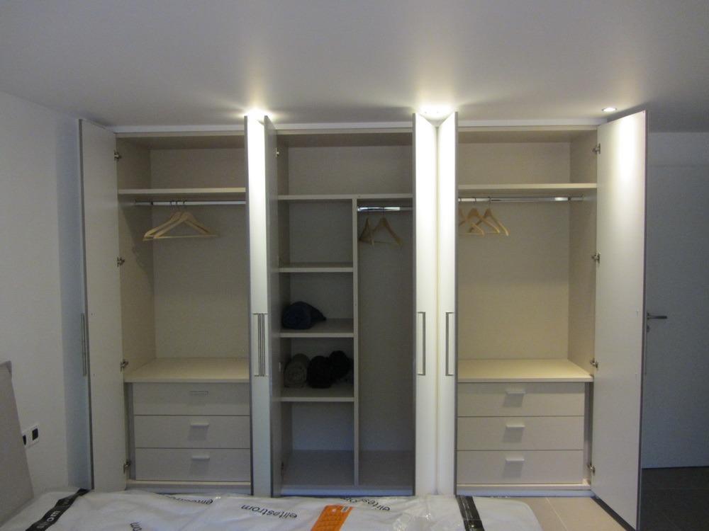 Εξάφυλλη ντουλάπα κατασκευασμένη από βακελίτη με σπαστές ανοιγόμενες πόρτες