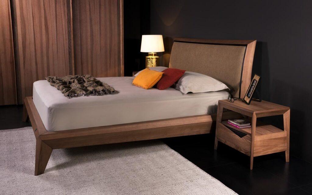 Μια απλή κρεβατοκάμαρα σε μια πολυτελή κατασκευή κομψή και διαχρονική