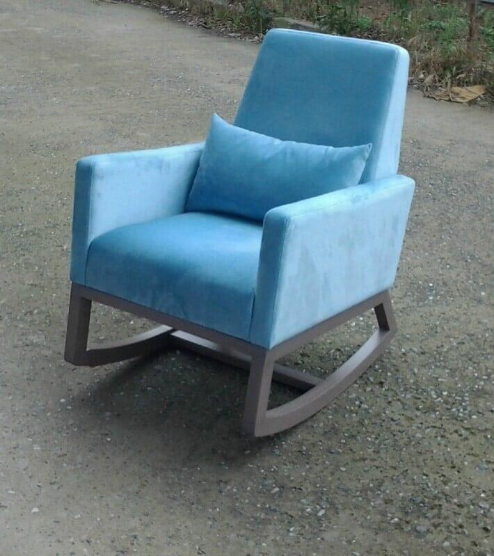 Μοντέρνα πολυθρόνα με ιδιαίτερη ξύλινη κατασκευή.
