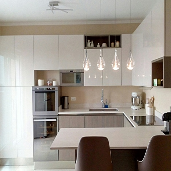 Μοντέρνα κουζίνα σε λευκή γυαλιστερή λάκα σε συνδυασμό βακελίτη με gola.