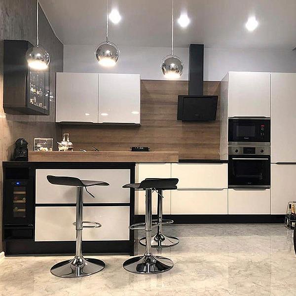 Μοντέρνα κουζίνα σε βακελίτη λευκό με μαύρα στοιχεία.