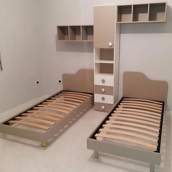 Συνδυασμός δύο μονών κρεβατιών με στήλη και εταζέρες.